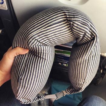 フィットするネッククッション。旅行中の移動も快適にしてくれる、ネッククッション。 好きなカラーと柄を選べば、気分も上がります。腰にあてて使ってもOK!