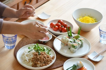 使い勝手のいい「SUZUGAMA」の器たちは、食卓に並ぶだけでいつものお料理が、より色鮮やかに見えたり、盛り付けるのが楽しくなってしまいます。