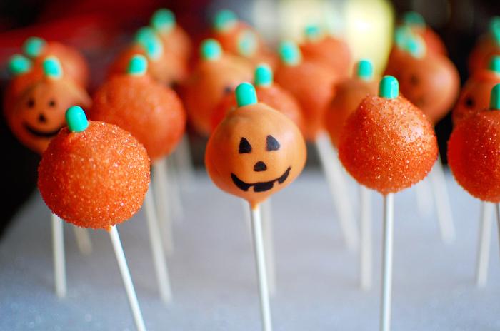 ハロウィンにはかぼちゃのお化けはいかが?かぼちゃランタンもいいですが、ケーキポップはお子さんも一緒に楽しく作れるのでおすすめ!