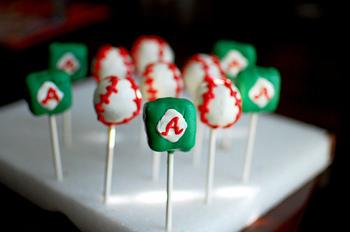 野球好きにオススメのケーキポップ。プレゼントする相手の好きなものをモチーフにデコレーションすると喜んでもらえそうですね。