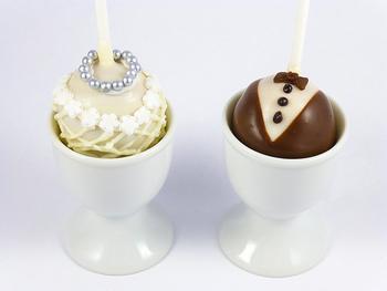 タキシードとウェディングドレスのデコレーションをすれば、結婚式にぴったりのケーキポップに♪