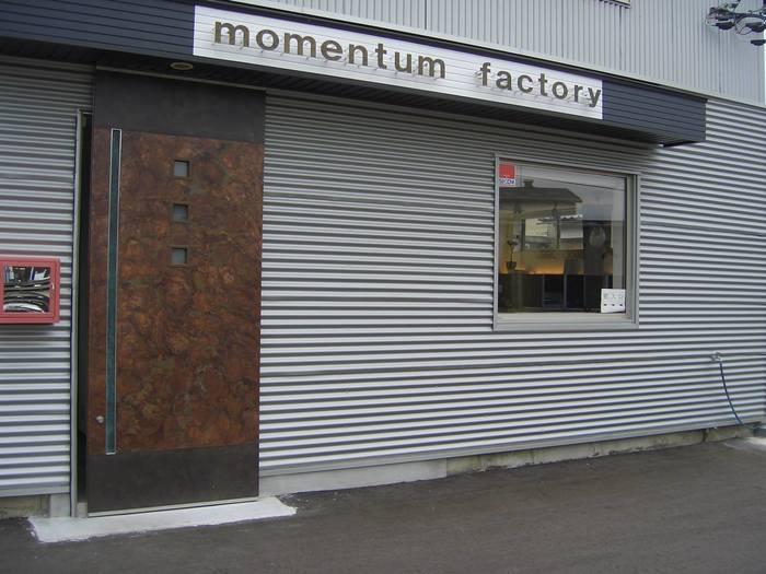 「TONE」シリーズは富山県高岡市の工房「momentum factory Orii(モメンタムファクトリーオリイ)」のインテリアブランドのひとつ。そもそもは銅から作られる仏具や伝統工芸品を着色する「折井着色所」として昭和25年に創業した工房です。