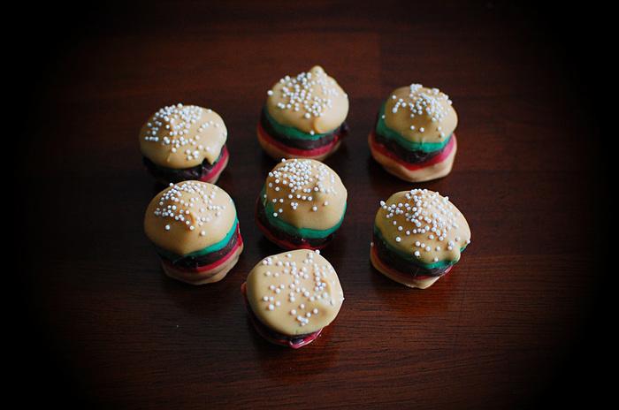 リアルで美味しそうなハンバーガー。ケーキポップの丸の形を上手く利用していますね。