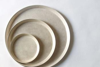 使い勝手のよいトレイは丸皿と角皿の2種類。たださりげなく小物を置くだけで、トレイそのものもレトロ感のあるオブジェのようなたたずまいになりますね。