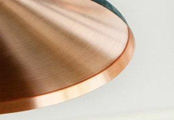 シェードの内側は着色されておらず、磨き上げられた銅の輝きが光を穏やかに反射します。