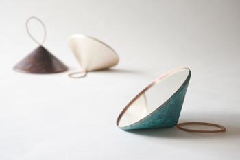 ユニークな形の手鏡は現代アートのよう。古くから銅は鏡の素材として使われてきていることを考えると感慨深い一品でもあります。