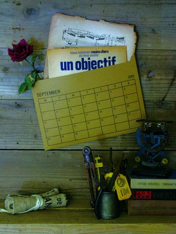 封筒型のカレンダーは、メモや名刺などを収納出来るのでとっても便利。月ごとの思い出を詰め込んで保管すれば、あとで見返すのも楽しくなっちゃいます。