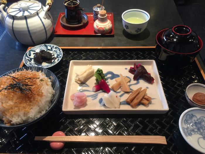 祇園散策のついでにおとずれたい「ぶぶ家」さん。季節のお漬物11種もついたお漬物茶漬けは、お漬物も色とりどりで華やかです。
