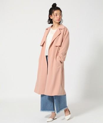 トレンドカラーのサーモンピンクは、女性らしさを引き出してくれる色。デニムにもスカートにもよく似合って、顔色を明るく見せてくれるうれしい効果も。