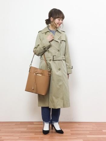 メンズライクになってしまいがちな前結びのコーデには、フォーマルなバッグやパンプスを合わせて。大人の魅力が漂う、しっとりとした装いが素敵です。