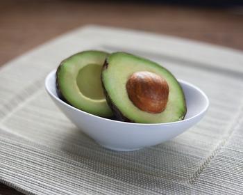 まったりとした食感と、脂肪分の多さから「森のバター」と呼ばれ、日本でも馴染みのある果実となった「アボカド」。その独特の食感と高い栄養価から、女性に特に人気ですよね!