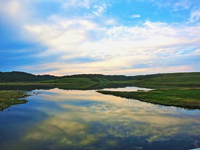 広大な湿地帯には、大小数多く湖沼が点在しています。抜けるような青空の下で、波一つない湖沼の水面が、鏡のように空と湿原を映し出す神秘的な景色は、釧路湿原が神々が宿る神聖な地であるかのような錯覚を起こさせます。