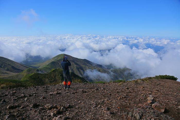斜里岳山頂から眺める景色は絶景そのものです。眼下には雲海が果てしなく広がっており、まるで雲の上に棲む仙人になったような気分さえも感じます。