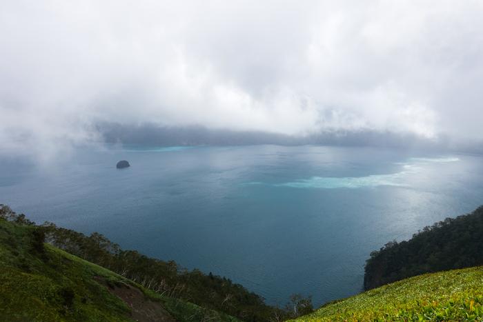 摩周湖は、日本では一番、世界ではロシアのバイカル湖に次いで二番目に透明度が高い湖です。周囲から注ぎ込む河川が全く無いにもかかわらず、霧が立ち込める神秘的な姿から「霧の摩周湖」とも呼ばれています。