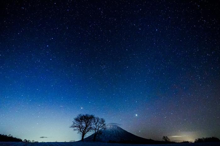 夜になると、羊蹄山麓は満天の星空となります。星々が煌めく藍色の夜空は、まるで宝石をちりばめたベルベッドのようです。