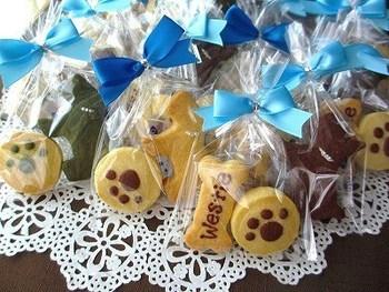 キュートなワンちゃんクッキーは、シンプルにラッピング。中身の見えるセロファンに入れ、上をブルーのリボンで留めることで、より可愛くインパクトのあるものに。
