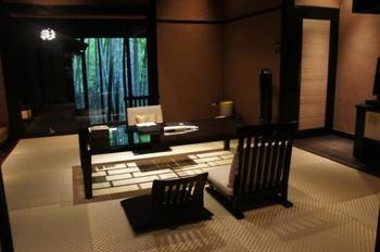 琉球畳とダークカラーでまとめたワントーンコーデのインテリア。トーンをおさえるだけでぐっと落ち着いた雰囲気になります。