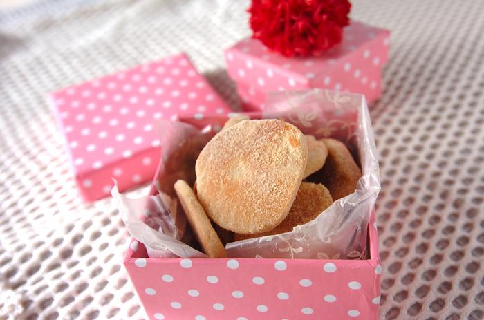 キュートなデザインのギフトボックスなら無造作にクッキーを詰めるだけで、こんなにかわいいプレゼントに。蓋にお花やリボンをつければ、さらに気分が高まります♪