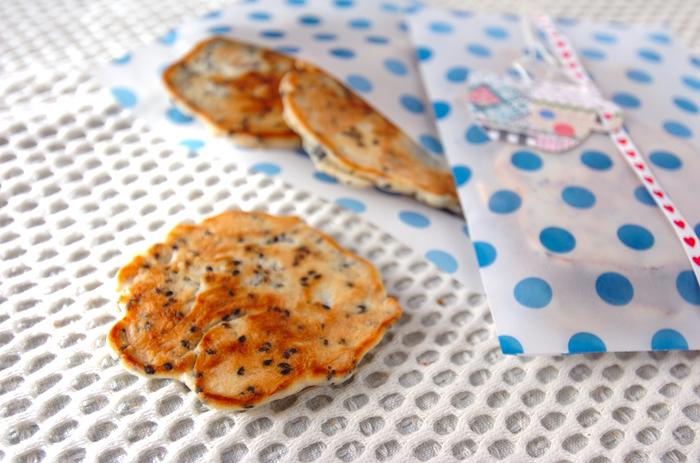 ワックスペーパー製の封筒にクッキーをイン。様々な形や模様のリボンを掛け、タグをつけています。柄×柄なら、とってもポップで楽しい気分に♪組み合わせ次第で、いろいろな表情を見せてくれますね。