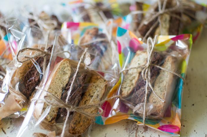 2種類のクッキーをそれぞれワックスペーパーを敷いた袋に入れ、麻の紐で十字に結んだだけ。ナチュラルでとっても簡単!