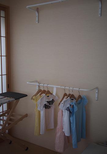 ハンガーレールを取り付けたら、アイロン作業を時短できます。 IKEAの雑貨はシンプルで和室にも似合いますね。