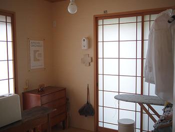 ミシンやアイロンなど普段使う家事の道具を和室にまとめて、家事スペースを作るのもおすすめ。 どことなく落ち着いて家事もはかどりそう!
