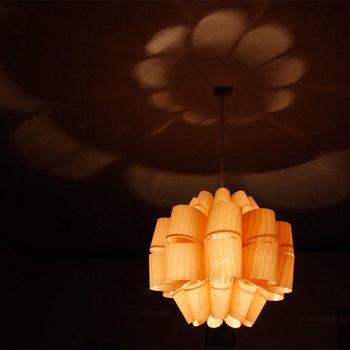 和室にマッチする、北欧テイストの木目の美しい照明。天井に花が咲いたようなシルエットが広がります。