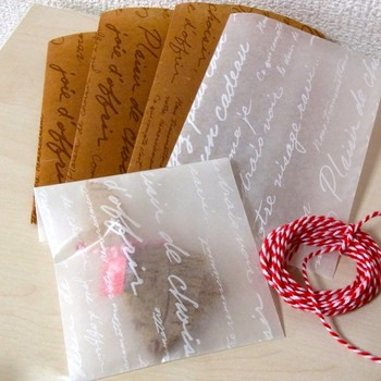 ワックスペーパーで包み、上から包装紙とリボンを十字に巻けば、ポップでかわいらしいラッピングに。模様や色によって印象も変わります。