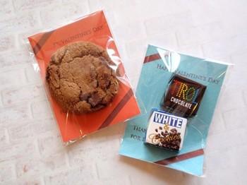 ラッピング用として幅広く使える、セロファンの透明な袋。 クッキーを入れ、中に敷く紙の色を変えるだけで、さまざまなイメージのラッピングを楽しむことができますよ♪