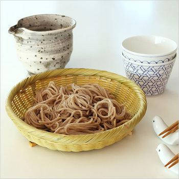 細かく編みこまれた「淡竹そばざる」。足が付いているので水が切りやすくなっています。「そばざる」という商品名ですが、他の竹ざる同様、野菜や果物を入れたり、おにぎりなどを盛ったりするのにも使えます。