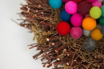 まずは基本、羊毛フェルトで作ったシンプルな球体を作ってみましょう。アクセサリーやインテリアにいろいろ使えるんですよ♪
