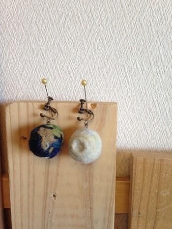 こちらはイヤリングタイプ。フェルトボールに少し工夫して、月と地球をイメージした可愛らしいフェルトボールです☆大きめでもとても軽いのがフェルトの良さですね。