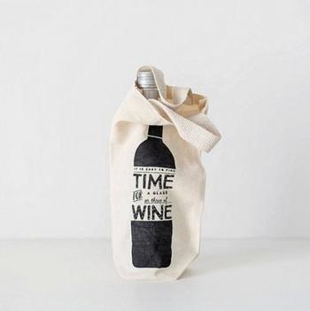 箱をワインバックに変えるととっても優しい雰囲気に。750mlの瓶がすっぽりと収まる大きさのワインバックは、ワイン好きの方にぜひ渡したいですね。