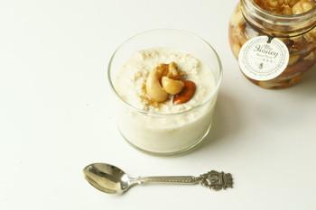 オーバーナイト・オートミールのトッピングにもぴったりのナッツのはちみつ漬け。 オーバーナイト・オートミールとは、牛乳やアーモンドミルクなどにオートミールを浸して一晩おいておき、翌朝すぐ食べられる便利なつくりおきレシピのこと。
