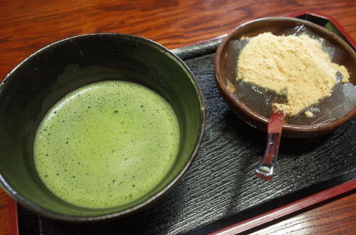 おすすめは抹茶とわらび餅のセット! あつあつのわらび餅に、きなこが絡んで本当においしいんです。