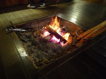 今は、テレビでしか見られないような囲炉裏も健在です。 冬はこちらで火を起こして暖を取ります。