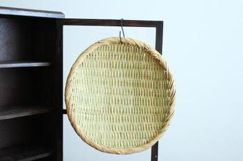 保管は、直射日光を避けて風通しの良い場所で。 ビニール袋など通気性の悪いものに入れて保管するのは、カビの原因になるので、避けましょう。 しまい込んでカビを生やしてしまう位なら、使わないときは、壁にかけてオブジェのようにして出しっ放しにするなどの方が、意外にキッチンに溶け込んで良いかもしれません。