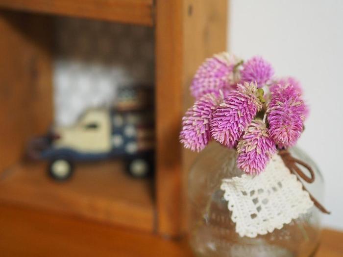 こちらも瓶を使った飾り方 千日紅はドライフラワーにぴったりな花! 可愛らしい雑貨と一緒にディスプレイするのもナイスアイデアですよね♪
