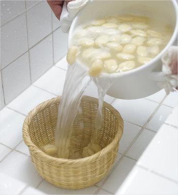 深めの竹ざるは湯切りや米研ぎにも使えます。特に、お米は水に付けた瞬間から水を吸い始めるので、ぬかを含んだ水を切りながら研ぐことで、おいしいお米を炊くことができます。