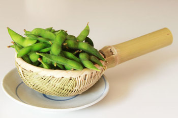 茹で立ての枝豆は、やはりお皿ではなくざるに上げたいもの。 湯気が抜けてベタ付かず、美味しくホクホクになります。