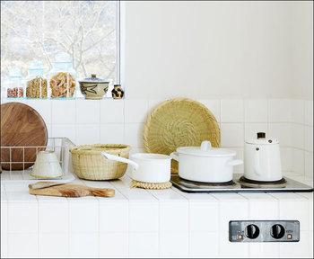 さり気なく竹ざるが置いてあるキッチンは素敵です。