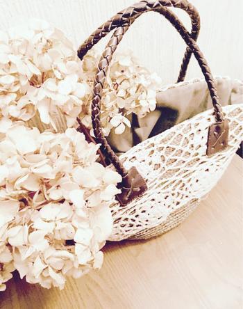 捨てようと思っていたバッグにドライフラワーを飾ったんだそう。 ぜひ、使わなくなったバッグがあれば真似したい!