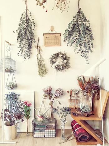 ディスプレイコーナーをドライフラワーで華やかに! 壁に掛けてみたり、花瓶に挿してみたりアイデア次第で素敵な空間を演出出来ますね♡