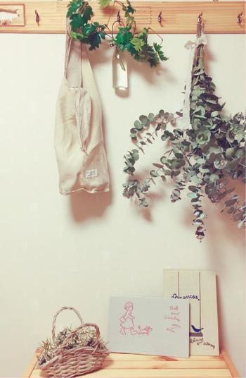 ウォールハンガーを利用すれば、ドライフラワーを簡単に吊るすことができますね。 洋服やバッグをかけるときにもドライフラワーで癒されましょう。