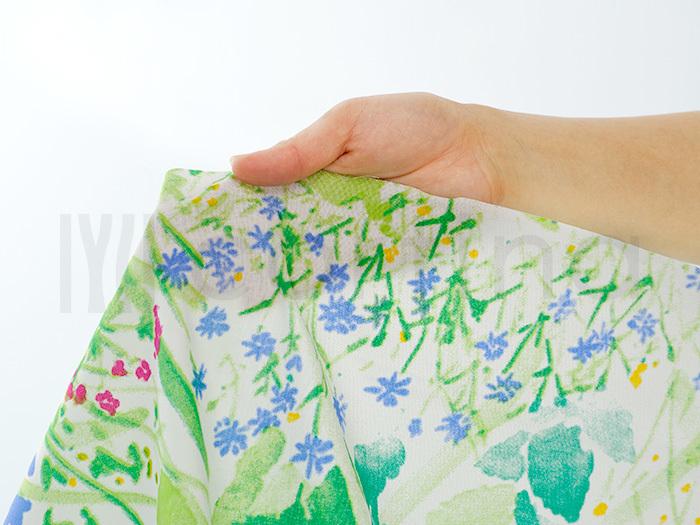 みんな大好きなマリメッコは、やっぱり素敵ですね。こちらは牧草地を意味するケサントという柄。水彩画で描かれた、みずみずしい草花は、初夏のお洒落にもぴったりです。