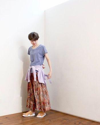 マキシ丈のギャザースカートには、素足+サンダルで涼し気に。腰にシャツを巻いて、メリハリをつけるテクニックは、簡単に真似できそうですね。