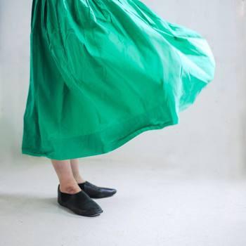 春から夏にかけては、ふわりと揺れる軽やかなギャザースカートを履きたくなりますよね。お洒落で楽な着心地のギャザースカートは、実はとっても簡単に手作りできるんです。  お気に入りの生地を見つけて、ぜひトライしてみましょう♪