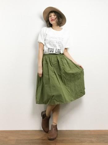 スカートが主役のコーデなら、トップスをインしてコンパクトに。スカートのふんわりシルエットを思いっきり目立たせましょう。