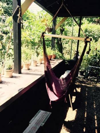 歩き疲れたら、ハンモックでゆったりと休憩してみては? ソルソファームの自然の中で体験するハンモックは、また格別の気持ちよさ。