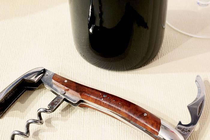 世界中のソムリエの憧れといえばシャトーラギオール社のソムリエナイフ。 ワインの場に、ラギオールのソムリエナイフ。素敵ですよね。